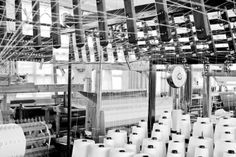 On their traditional wooden looms, they create unique pieces using the highest quality raw materials, such as wool, cashmere, linen, silk and yak. Manual looms enable them to create deliciously imperfect borders on their pieces. A wool blanket becomes a work of art full of nuances, reflecting the individuality of each weaver.