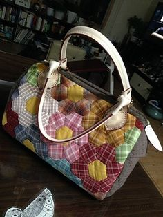 Quilted Tote Bag Hexagon Patchwork DIY step-by-step tutorial. Hexagon Patchwork, Hexagon Quilt, Patchwork Patterns, Patchwork Bags, Sewing Patterns, Hexagons, Diy Step By Step, Quilted Tote Bags, Flower Bag