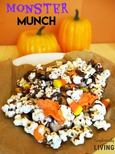 Monster Munch Halloween Popcorn- So yummy and perfect for upcoming Halloween parties! Cute Halloween Food, Halloween Popcorn, Halloween Drinks, Halloween Crafts For Kids, Halloween Food For Party, Halloween Treats, Halloween Cakes, Halloween Stuff, Kids Crafts