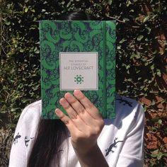 """#RetoLecturaOC Febrero: género que nunca has leído. Horror. """"The Essential Tales of H.P Lovecraft"""" Un primer acercamiento a uno de los grandes del género. En histprias clásicas como """"La llamada de Cthulhu"""" y """"El Horror de Dunwich"""" Lovecraft evoca con maestría horripilantes imágenes de monstruos más allá del tiempo y el espacio y lugares funestos repletos de misterios ancestrales. #LetrasCatrinas #PonteElLibro"""