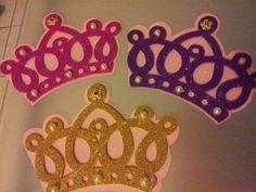 Imprimir 2 veces la imagen de la corona para hacer la plantilla Materiales: ♥ Cartulina rosa ♥ Goma eva con brillo ♥ Perlas ♥ Cuter ,tijera ♥ Pistola de pegar El primer paso es delinear las p…