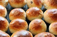 Verdens beste rosinboller Norwegian Food, Scandinavian Food, Bread Baking, Bakery, Goodies, Snacks, Sweet, Desserts, Recipes