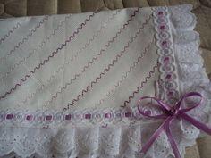 Manta para bebê, confeccionada em tecido de algodão, bordado em vagonite em degradê na cor lilás, enfeitada com passa fita, fita e bordado inglês. Pode ser bordada na cor que o cliente desejar. R$ 165,00