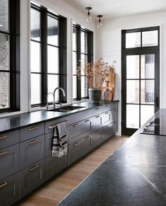 Loving this masculine kitchen design from Nyla Free Designs Inc. DeJong Design … – Home Decor Soapstone Kitchen, Soapstone Countertops, Black Quartz Kitchen Countertops, Black Kitchens, Home Kitchens, Luxury Kitchens, Small Kitchens, Küchen Design, Layout Design