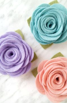 Free felt flower pattern. Great for beginners wanting to make floral headbands or wreaths! #feltflowers