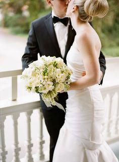 Elegant bride and groom |Green grape and white flowers | Uva verde e fiori bianchi | http://theproposalwedding.blogspot.it/ #autumn #fall #wedding #grape #wine #september #matrimonio #autunno #vino #uva