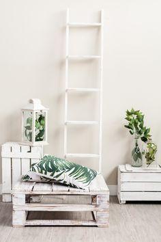 Tendencia de la temporada: hojas grandes y verdes. ¿Te apuntas a la moda de la jungla? todo lo de la foto es de las tiendas muy mucho #cojín #hoja #verde #palmera #palet #blanco #farol #madera  #escalera #bambú #jarrón #cristal #muymucho #decoración #hogar #tendencias
