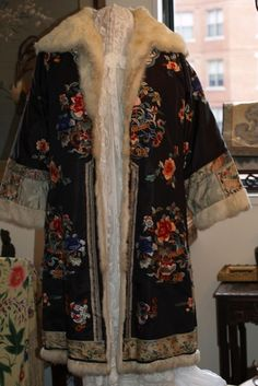 FINE ANTIQUE CHINESE EMBROIDERY ROBE COAT, 19TH CENTURY