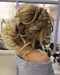 dame mit blonden haaren und prachtvoller hochsteckfrisur mit großem zopf