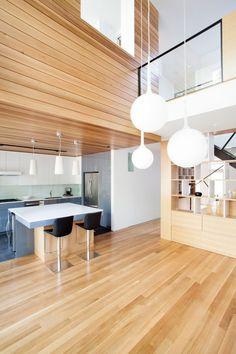 Voici un réaménagement intérieur très réussi pour le compte d'une famille habitant Montréal au Canada. Le but de ce projet étaitde brouiller les limites e
