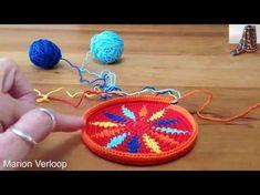 Mochila, how to prevent the yarns from tangling / hoe hou je de draden uit de knoop Crochet Diy, Crochet Motifs, Form Crochet, Crochet Stitches, Crochet Patterns, Mochila Tutorial, Mochila Crochet, Tapestry Crochet, Crochet Purses