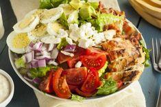 Salat mit Hähnchen, Tomaten, Zwiebel, Feta und Ei