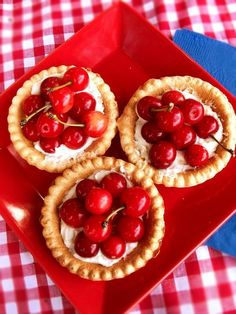 Summer's here and we can't wait to kick off your outdoor celebrations! 😍🎈🎉🌞 These mini cherry pies were so easy to make with cherries from… Mini Cherry Pies, Cherry Tart, Cherry Cheesecakes, Mini Pies, Cherry Red, Mini Desserts, Apple Cake Pops, Smoothies, Anniversaire Harry Potter