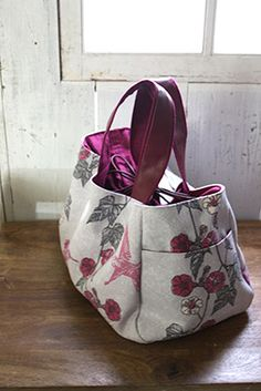 I made a roll bag L (large gusset type) using a cute hedgehog pattern fabric. The size is in length and in width (widest part) gusset (Some … Patchwork Bags, Quilted Bag, Japan Bag, Jute Tote Bags, Drawing Bag, Novelty Bags, Diy Handbag, Linen Bag, Fabric Bags
