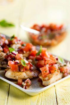 Grillattua broileria ja tomaatti-sipulisalaattia, resepti – Ruoka.fi Bruschetta, Chili, Salsa, Baking, Dinner, Ethnic Recipes, Mat, Food, Dining