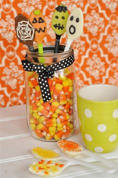 Candy coated spoons - for your Halloween party! Just add hot milk or hot chocolate. Halloween Food For Party, Halloween Birthday, Halloween Candy, Holidays Halloween, Happy Halloween, Halloween Goodies, Halloween Items, Halloween Cupcakes, Halloween Projects