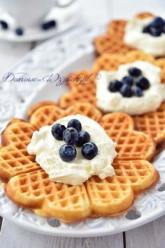 Gofry na maślance Breakfast Time, Breakfast Recipes, Dessert Recipes, Cap Cake, Fluffy Waffles, Food Photo, Goodies, Food And Drink, Favorite Recipes