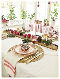 Wonderful Swedish Christmas table setting.  Beautiful! The blog is in Swedish.