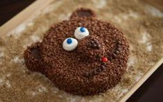 A Coco-Pops Bear Cake. Decorate your basic sponge cake with Coco Pops, M&M's, White Marshmallows and a few Chocolate Chips for his smile. Cake Recipes, Snack Recipes, Dessert Recipes, Yummy Treats, Delicious Desserts, Specialty Foods, Bear Cakes, Cute Food, Funny Food