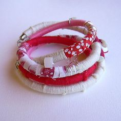 pulsera de tela e hilo Collar Diy, Earrings, Jewelry, Craft Ideas, Crafts, Diy, Creativity, Handmade Crafts, Loom Band Bracelets