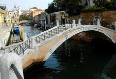 Parallel to the Fondamenta delle Zattere, in the Dorsoduro, this quiet little canal goes toward the Sesquiere di San Trovaso and San Trovaso Church.
