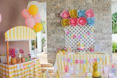 festa pool party infantil com flamingos e abacaxis em tons de rosa e amarelo.