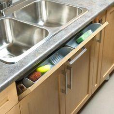 Un tiroir à bascule pour ranger l'éponge et autres petits produits d'entretien ! Crédit photo : Pinterest / coupdepouce.com