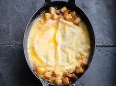 Découvrez la recette Tartiflette au camembert sur cuisineactuelle.fr.