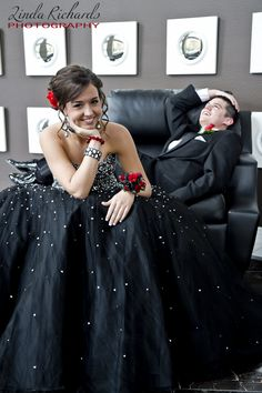 Super fun photo for friends going to prom by www.lindarichardsphotography.com
