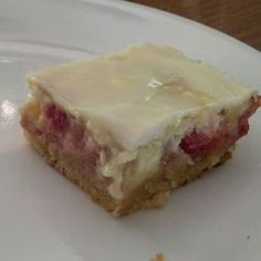 Rhubarb Cream Cheese Bars are the sweet and tart bar cookie recipes that combines the classic cream cheese flavors of cheesecake with rhubarb to make the perfect snack, dessert, or breakfast treat for. Köstliche Desserts, Delicious Desserts, Dessert Recipes, Dinner Recipes, Plated Desserts, Baking Recipes, Cookie Recipes, Doce Light, Rhubarb Cake