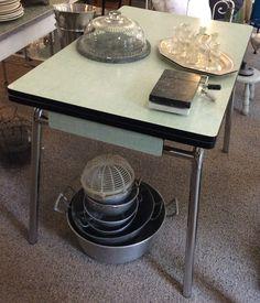 Ikilevypintainen ruokpöytä 60 luvulta Ranskasta . metalliputkijalat . jatketteva malli . helppohoitoinen . 1 vetolaatikko . korkeus 76cm . leveys 103cm (+ 2 x 29cm) . syvyys 69cm . @kooPernu