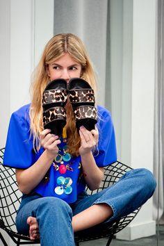 Patricia Sañes con zapatos de Sandro de La Roca Village