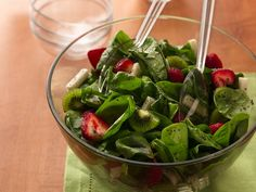 Delicious Spinach-Strawberry Salad - with a home-made Honey-Dijon dressing (recipe included) , jicama, kiwi, fresh strawberries and fresh spinach. (You can always substitute the jicama with actual pears or apples) Spinach Strawberry Salad, Spinach Salad, Strawberry Kiwi, Strawberry Recipes, Strawberry Shortcake, Lunch Box Bento, Fruit Vert, Fruit Salad Recipes, Food Salad