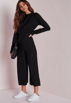 We are obsessing over this chic black ribbed jumpsuit right now here at Missguid. - We are obsessing over this chic black ribbed jumpsuit right now here at Missguided, and who can blame us? This black beauty is the perfect addition to your wardrobe and Casual Outfits, Cute Outfits, Fashion Outfits, Black Culottes Outfit Casual, Casual Wear, Culotte Style, Urban Look, Printemps Street Style, Looks Style
