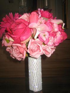 Quer arrasar?  Este buquê é de uma beleza ímpar, cabo envolto em strass não pontiagudo ele é reto.Já as rosas são em eva e em silicone, por esta razão a aparÊncia de flores naturais, com toque aparência e textura de uma flor natural!  Bouquet contém aproximadamente 45 rosas nos tons pink e rosa com as seguintes flores: copo de leite,botões de rosas,rosas colombianas,rosas,sementes hortência,hortência, gérberas e folhagens verdes.  É um bouquet eterno de uma recordação infinita  medidas…