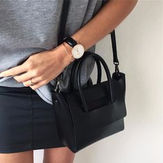 Aperçu du jour ✔️Tee #lescomptoirsdorta • jupe #lpb • sac #hieleven • montre #danielwellington Belle soirée ❤️#love #black #grey #monday #september #leather #gold #details