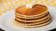 Do you love pancakes? Well I'll give you 4 different and easy ways to make protein pancakes with this protein pancake recipe! Hungarian Nut Roll Recipe, Crepes, Instant Pot Oatmeal Recipe, Halloumi Burger, Classic Pancake Recipe, Banana Com Chocolate, Peanut Butter Cookie Recipe, Protein Pancakes, Food Staples