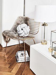 Goldene Akzente! Der Sessel Chloé ist das perfekt It-Piece für Dein Zuhause. Elegant, mordern & super stylisch! Kombiniert mit einem kuscheligen Fellkissen und dem angesagten Kissen Knot herrscht Gemütlichkeit auf dem Sessel. Einfach perfekt! // Wohnzimmer Sessel Kissen Ideen Einrichten Pouf Skandinavisch Beistelltisch Leuchte Lampe #Wohnzimmer #WohnzimmerIdeen #Sessel #Wire #Kissen #Einrichten #Deko #Dekoration