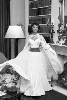 ≽Sophia Loren is ready to meet the Queen Elizabeth≼ Photo by Jack Garofalo, 1957 Marlene Dietrich, Sophia Loren, Brigitte Bardot, Classic Hollywood, Old Hollywood, Queen Elizabeth Photos, Divas, Greta, Italian Actress