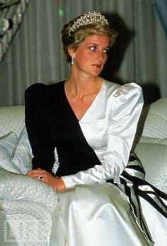 Princess Diana at a banquet, Saudi Arabia, 1986, wearing the Cambridge Lovers' Knot Tiara.   Photo: Anwar Hussein/WireImage in Life
