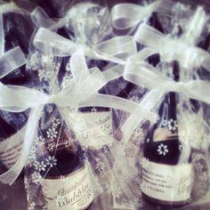 Pomperos en forma de botella de champán como #detalle de #bodas y #eventos