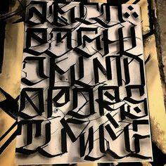 No photo description available. Lettering Styles Alphabet, Graffiti Lettering Alphabet, Calligraphy Letters Alphabet, Tattoo Lettering Styles, Tattoo Fonts Alphabet, Chicano Lettering, Graffiti Font, Font Art, Script Lettering