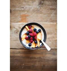 Du yaourt avec des pêches, des framboises et des myrtilles pinterest petit dejeuner été