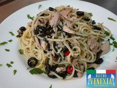 Spaghetti piccanti con tonno, olive e prezzemolo tostato.