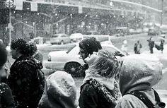 śnieg, dziewczyna. tłum