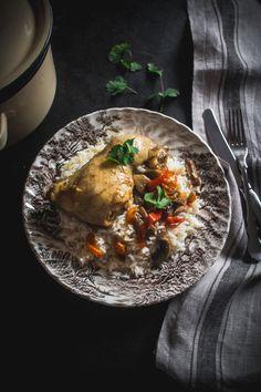 Μιλάμε για ένα κοτόπουλο κατσαρόλας, από αυτές τις συνταγές που όλες οι μαμάδες έχουν στο τσεπάκι τους και χρησιμοποιούν συχνά-πυκνά, ειδικά το χειμώνα. Stuffed Mushrooms, Stuffed Peppers, Mushroom Chicken, Ethnic Recipes, Food, Stuff Mushrooms, Chicken With Mushrooms, Meals, Stuffed Pepper