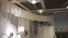 lapjes stof aan een draad ophangen, gezien bij IKEA