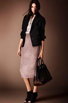 ¿NADA QUE PONERTE? Prendas con sentido del tacto: una falda y una chaqueta de un tejido que te acaricie la piel, como estos de #BurberryProrsum.