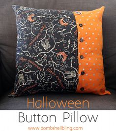 Halloween button pillows are simple to sew and perfect Halloween decor!These Halloween button pillows are simple to sew and perfect Halloween decor! Halloween Quilt Patterns, Halloween Fabric Crafts, Halloween Sewing Projects, Halloween Pillows, Halloween Quilts, Happy Halloween, Halloween Decorations, Halloween Placemats, Halloween Ideas