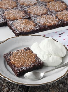 Ljuvligt goda, läckra brownies med knapriga pepparkakor på toppen! Christmas Dishes, Christmas Sweets, Christmas Baking, Yummy Treats, Sweet Treats, Yummy Food, Bagan, Pumpkin Dessert, No Bake Cake